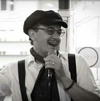 Juan Cuevas con el micro sonriendo